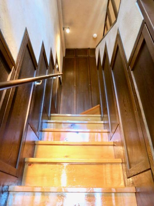 1Fから2Fへの階段。ヴィンテージ3Fメゾネット2000HOUSE4B1
