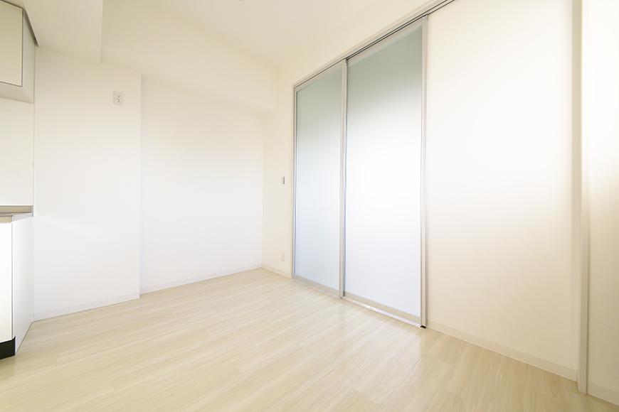 【ポルタニグラ大須】901号室_リビングスペース_仕切りドア_MG_3556