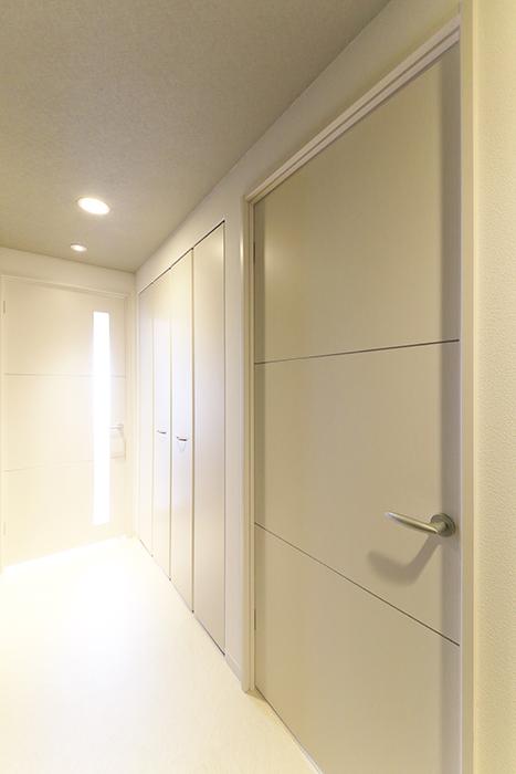 【ポルタニグラ大須】1101号室_廊下_洋室へのドア_MG_8695