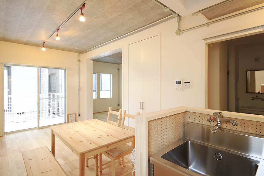 庄内通【コウノミBASE】102号室_キッチンからリビングへの眺め_MG_8855