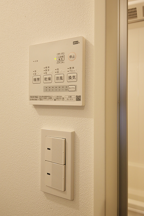 庄内通【コウノミBASE】102号室_水回り_バスルーム_照明のスイッチ、浴室乾燥機能コンパネ_MG_8787