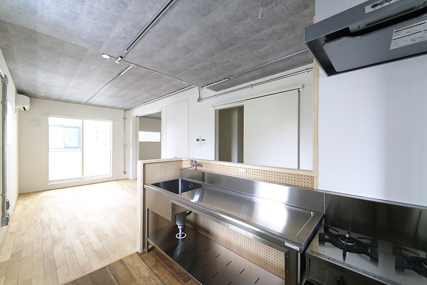 庄内通【コウノミBASE】202号室_キッチンからリビングへの眺め_MG_9352