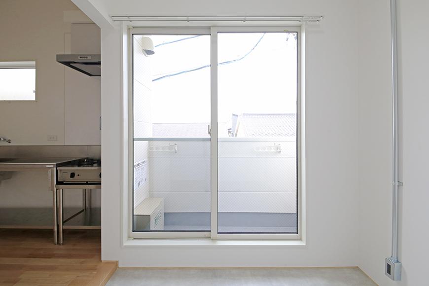 庄内通【コウノミBASE】301号室_土間_たっぷりの光を取り込む大きな窓_MG_9099