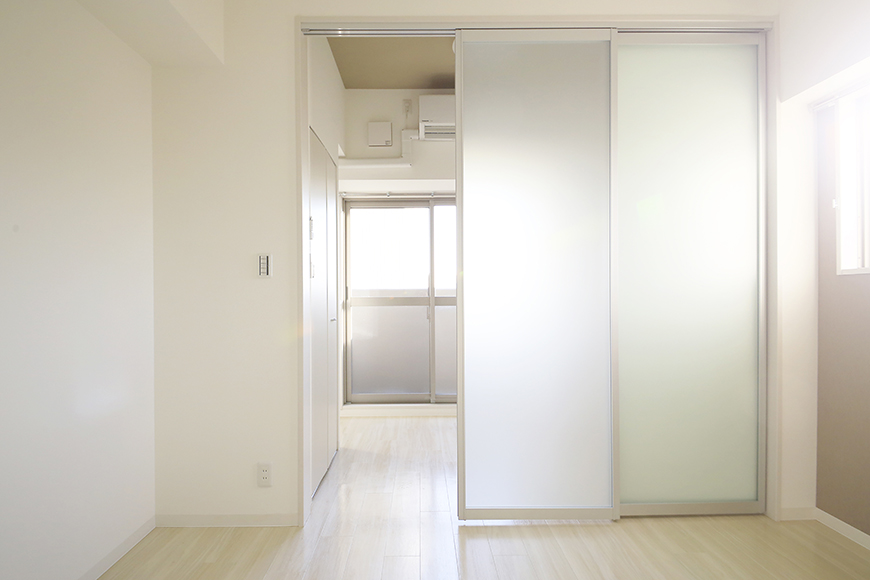 【ポルタニグラ大須】901号室_リビングスペース_仕切りドア_MG_3547