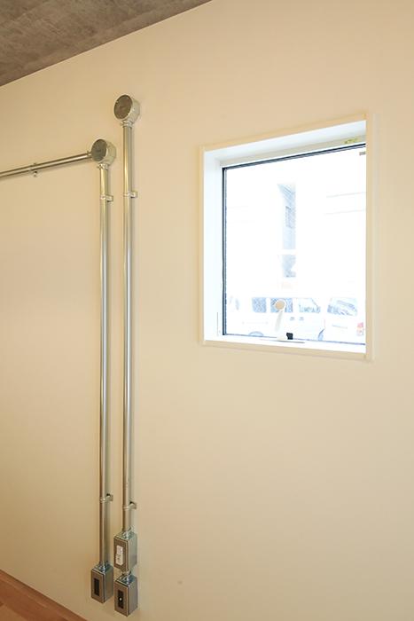 庄内通【コウノミBASE】102号室_リビング_存在感ある配管と光あふれる窓_MG_8622