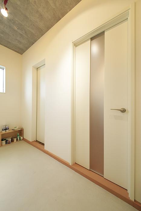 庄内通【コウノミBASE】102号室_土間_居室・キッチンへのドア_MG_8442