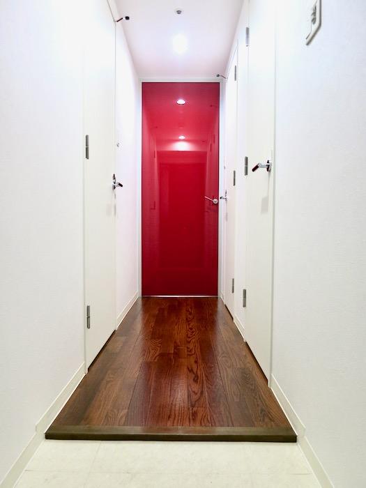玄関 廊下 鮮やかな赤があるお部屋  Viare storia(ヴィアーレストーリア) 503号室1