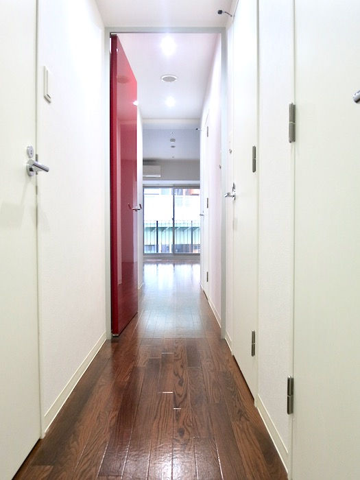 玄関 廊下 鮮やかな赤があるお部屋  Viare storia(ヴィアーレストーリア) 503号室2