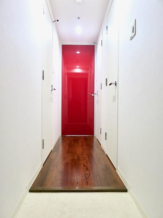 玄関 廊下 鮮やかな赤があるお部屋  Viare storia(ヴィアーレストーリア) 503号室0