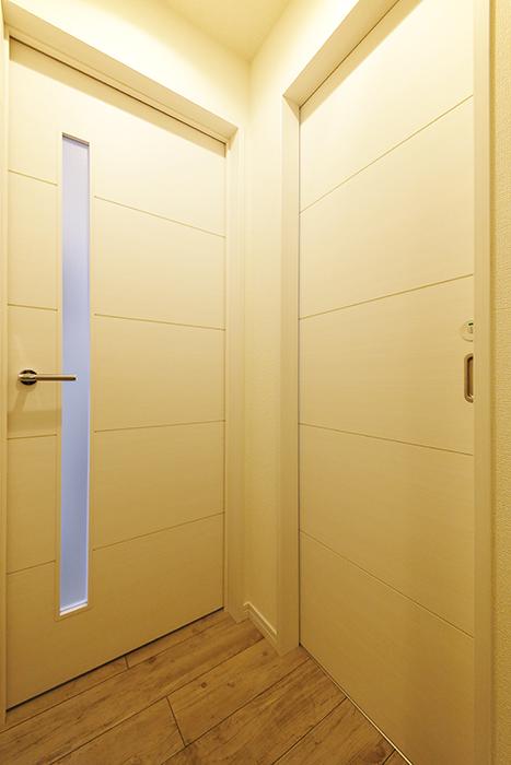 岡崎【アネシス】_階段を上り切ると正面にLDKへのドア、右手にトイレのドア_MG_6357