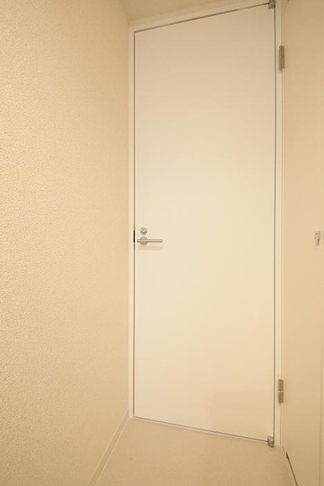 【ミュプレ矢場町】1103号室_水回り_ウォークインクローゼットへのドア_MG_0255