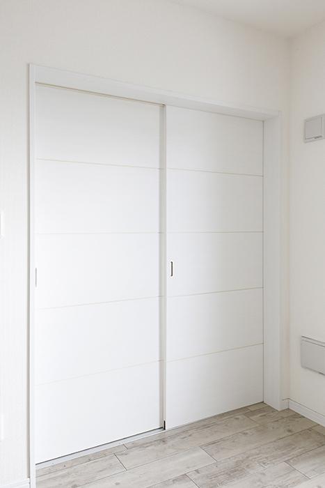 岡崎【アネシス】_C号室_二階_LDK_隣の洋室へのドア_MG_6507