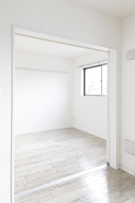岡崎【アネシス】_C号室_二階_LDK_隣の洋室へのドア_MG_6528