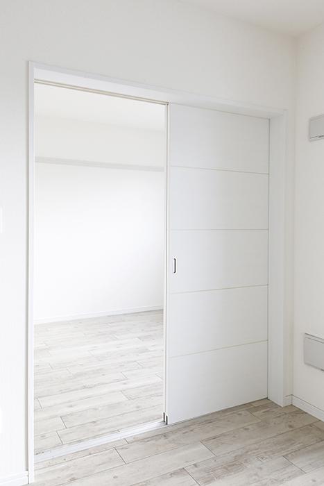 岡崎【アネシス】_C号室_二階_LDK_隣の洋室へのドア_MG_6523