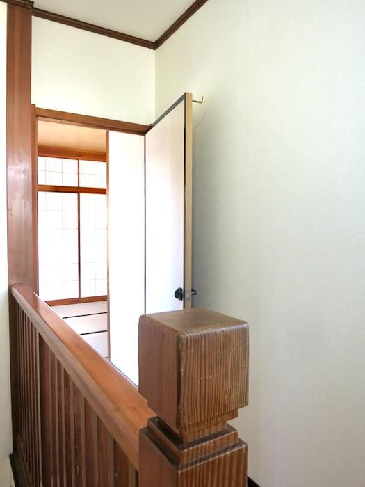 2F 階段 和洋折衷 広い和室とスヌーピー オフィス・ペット可 城主町貸家2