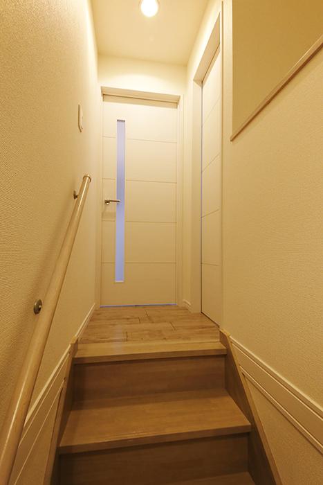 岡崎【アネシス】_階段を上り切ると正面にLDKへのドア、右手にトイレのドア_MG_6351