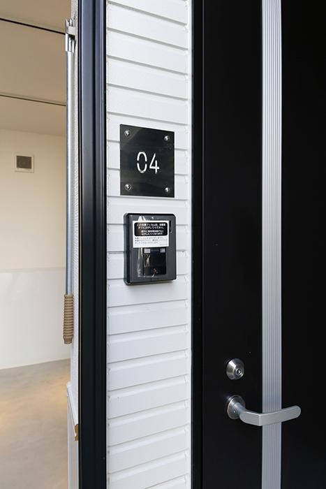 【ガレラ守山】4号室_玄関周り_インターフォン、部屋番号プレート_MG_6995