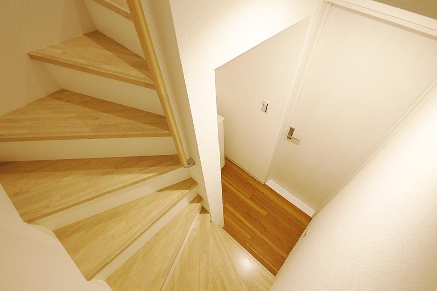 【ガレラ守山】4号室_1階から2階への階段踊り場_MG_7095