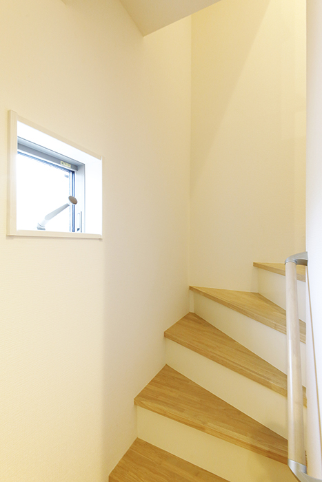 【ガレラ守山】4号室_2階_窓のある3階への階段_MG_7255