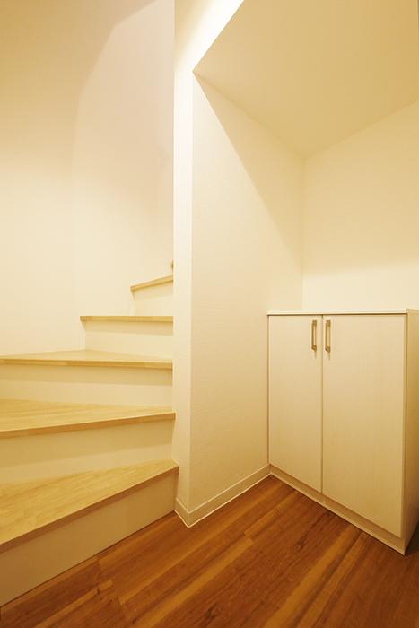 【ガレラ守山】4号室_1階_玄関周り_階段とシューズボックスです_MG_7052