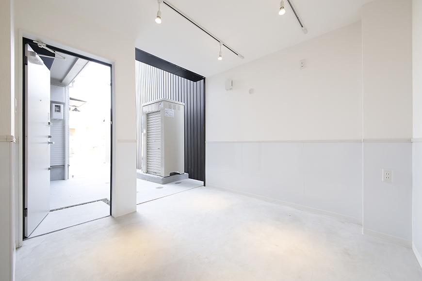 【ガレラ守山】4号室_1階_ガレージ_全景_ドアとシャッターを開けるととっても明るい空間☆_MG_7009