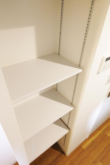 【ガレラ守山】4号室_2階_キッチン周り_可動式の収納棚_MG_7130