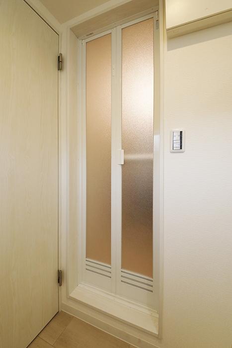 【ガレラ守山】4号室_2階_水回り_バスルームへのドア_MG_7222