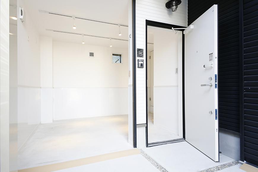 【ガレラ守山】4号室_1階_ガレージ・玄関の入り口をOPENで空気の入れ換え!_MG_7008