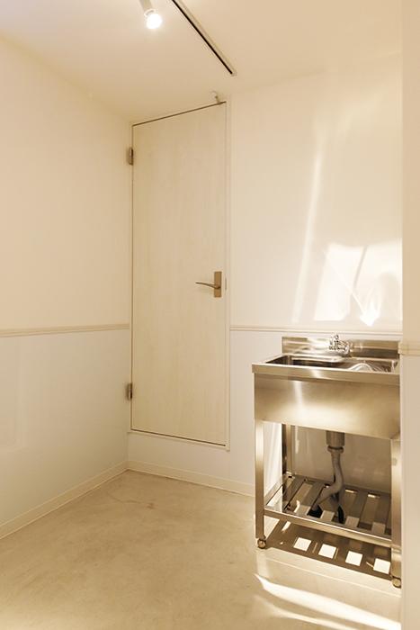 【ガレラ守山】4号室_1階_ガレージ_ドアを開けて居室スペースへGo!_MG_7044