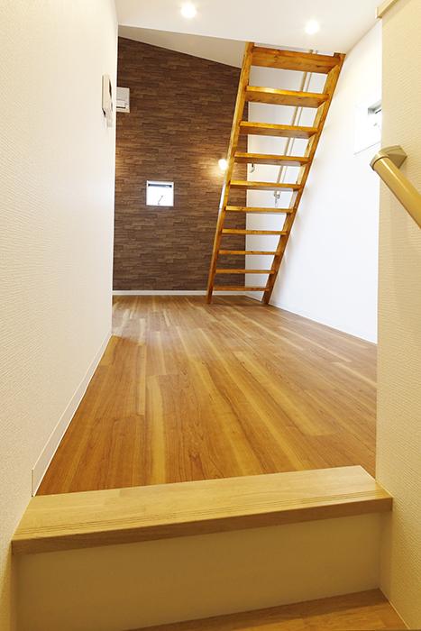 【ガレラ守山】4号室_3階_階段を上ると洋室に到着_MG_7261