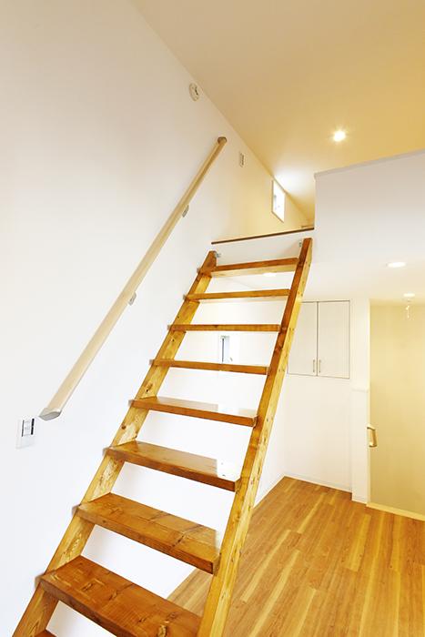 【ガレラ守山】4号室_3階_洋室_ロフトへの階段_MG_7351
