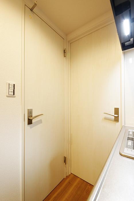 【ガレラ守山】4号室_2階_キッチン背後にある水回りへのドア_MG_7137
