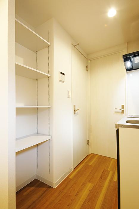 【ガレラ守山】4号室_2階_キッチン周り_可動式の収納棚_MG_7124