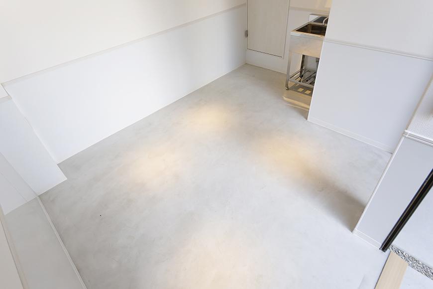 【ガレラ守山】4号室_1階_ガレージ_全景_ドアとシャッターを開けるととっても明るい空間☆_MG_7013