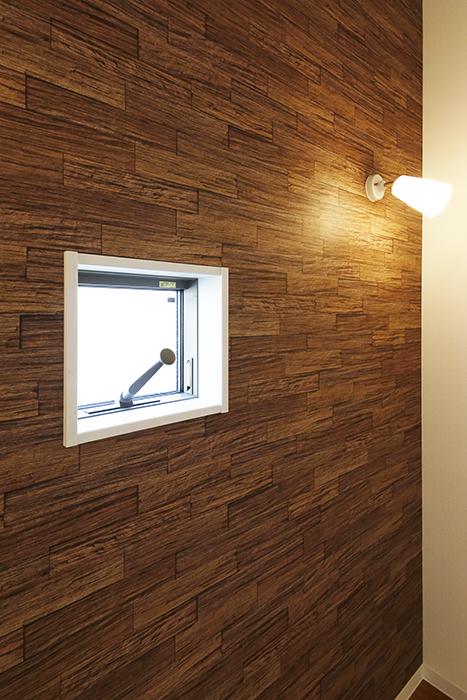 【ガレラ守山】4号室_3階_洋室_素敵な壁紙に映える照明と窓_MG_7344