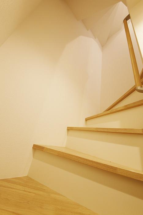 【ガレラ守山】4号室_1階_玄関から2階への階段_MG_7088