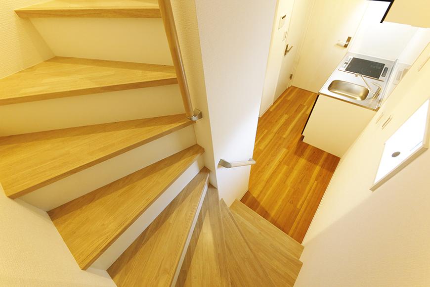 【ガレラ守山】4号室_2階から3階への階段踊り場_MG_7258