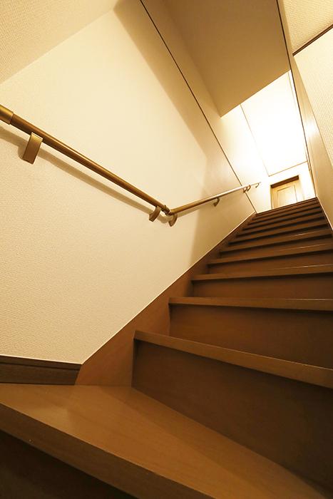 清須市【シャトー】102号室_一階から二階の居室へ_MG_8578