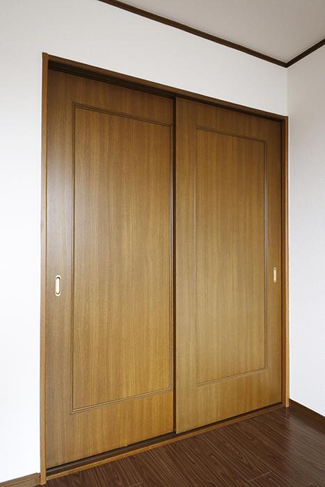 清須市【シャトー】102号室_三階_洋室(東側)_西側の洋室へのドア_MG_8773