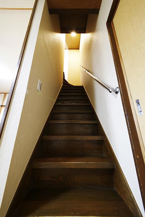 【ステップス江南 A棟】一階から二階への階段_MG_7938