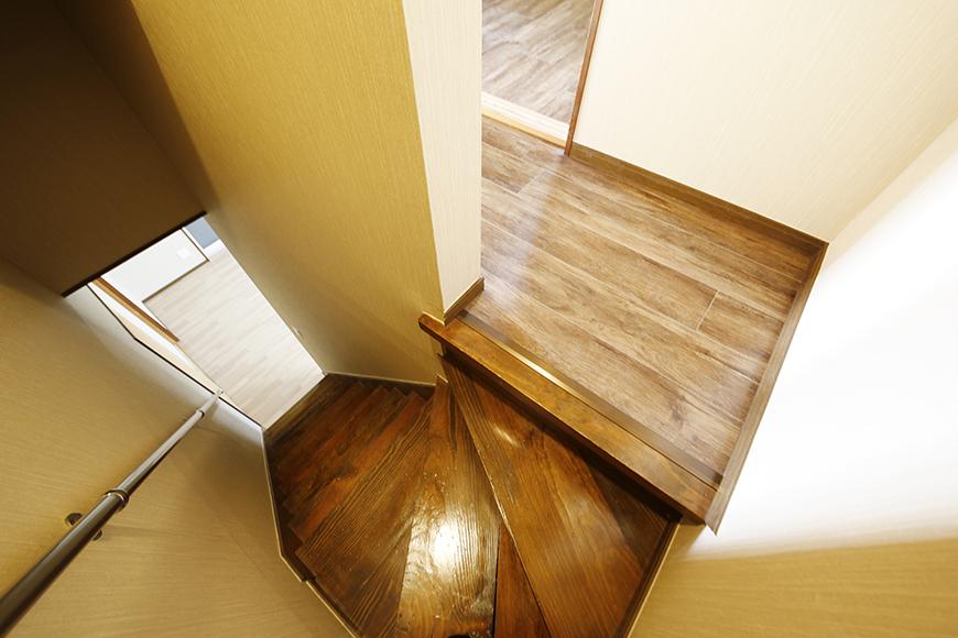 【ステップス江南 A棟】二階への階段踊り場_MG_7941