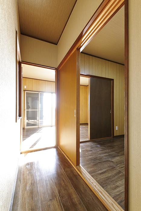【ステップス江南 A棟】二階_洋室へとつながる廊下_MG_7950