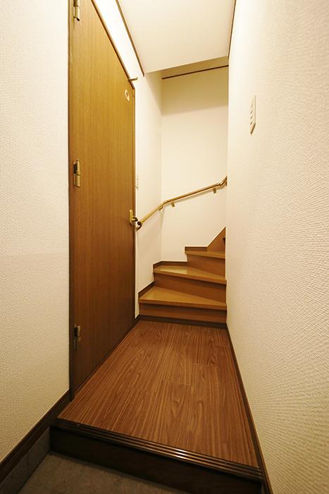 清須市【シャトー】102号室_一階_玄関、左手には水回りへのドア_MG_8524