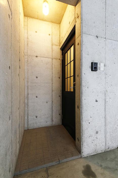 清須市【シャトー】102号室_一階_ガレージから玄関へ_MG_8512