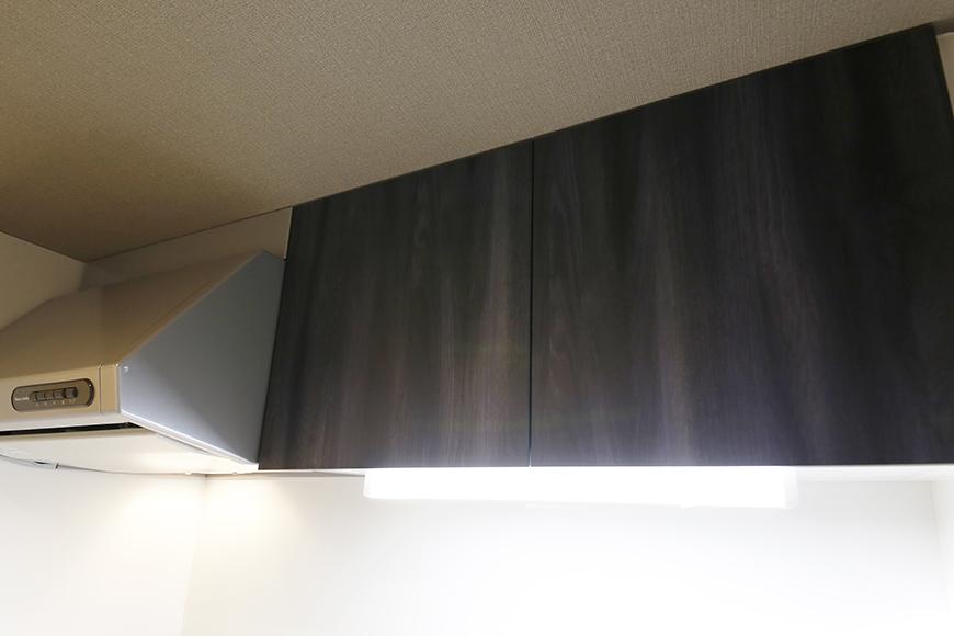 【NNS121】904号室_キッチン周り_頭上収納棚_MG_0943