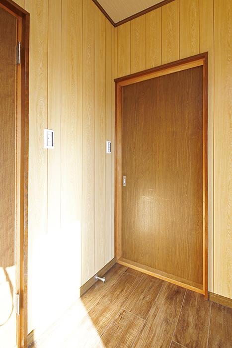 【ステップス江南 A棟】二階_サービスルーム(6.0帖)_入り口のドア_MG_8046
