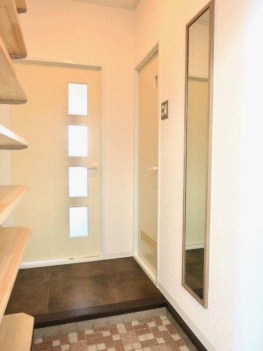 玄関・オープンシェルフのある玄関。川原ロイヤルハイツ3B1