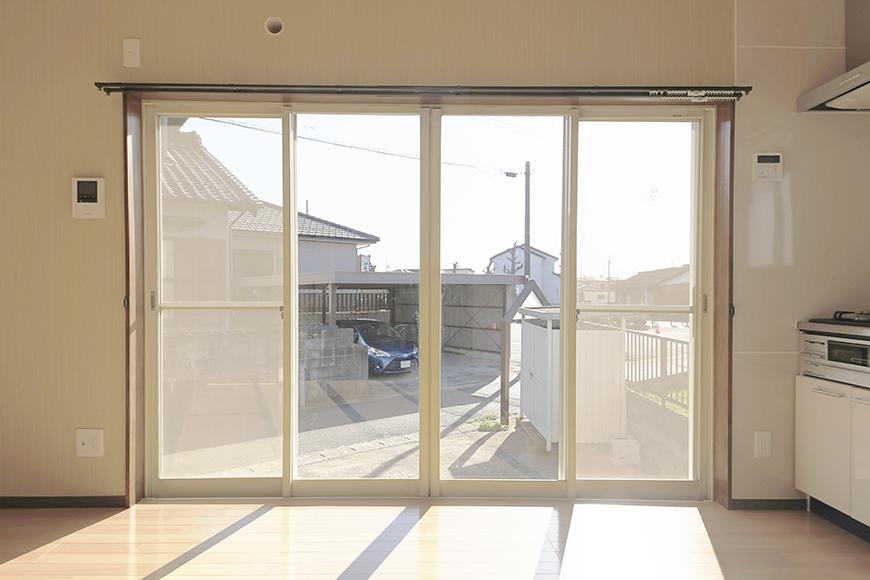 【ステップス江南 A棟】一階_LDK_大きな開口部の窓_雨戸を開ける_MG_7878