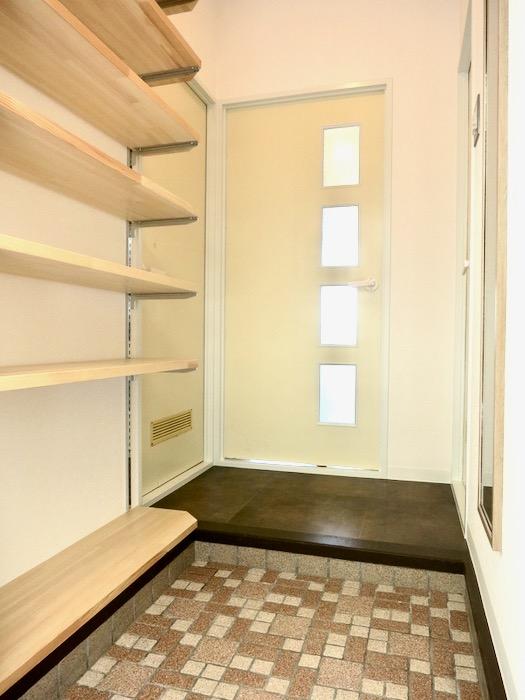 玄関・オープンシェルフのある玄関。川原ロイヤルハイツ3B0