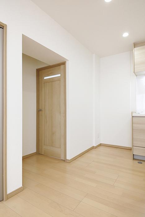 【ハイライク栄ハイツ】_805号室_LDK_キッチン横にサニタリースペースへのドア_MG_3138